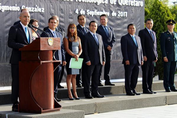 Refrenda Marcos Aguilar su compromiso con la UTEQ