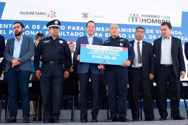 Entrega Pancho apoyos a elementos de seguridad