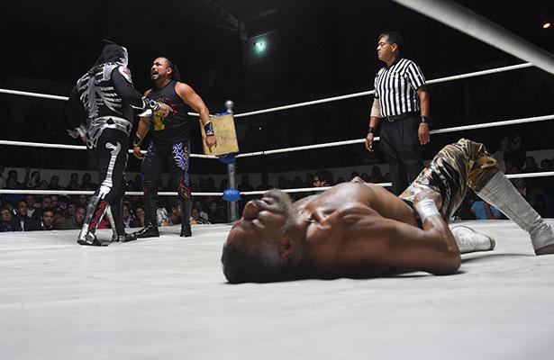 """Triunfa """"la huesuda"""" en la lucha estelar de la Arena Querétaro"""