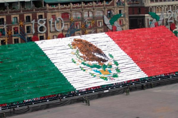 Miles de mexicanos disfrutan desfile militar en Zócalo capitalino