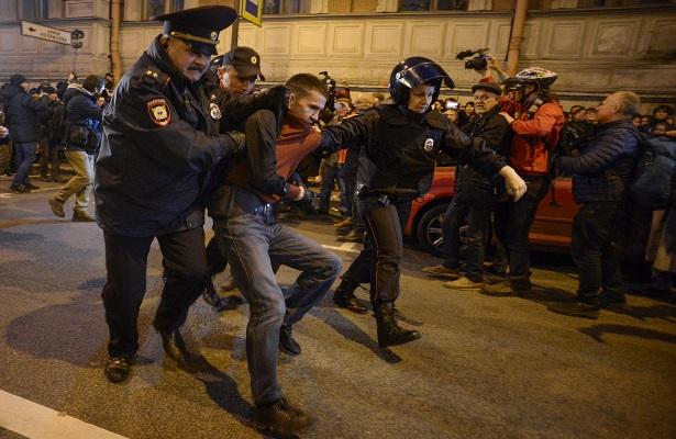 Al menos 270 arrestos en manifestaciones contra Putin el día de su cumpleaños
