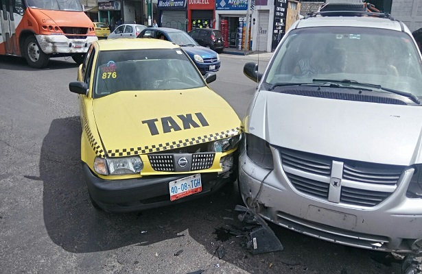Impactan a taxista