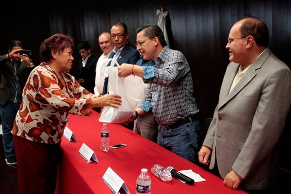 Pensionados del ISSSTE reciben paquetes para huertos familiares