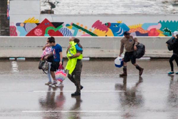 Cierran en Dallas el último albergue de refugiados por el huracán Harvey