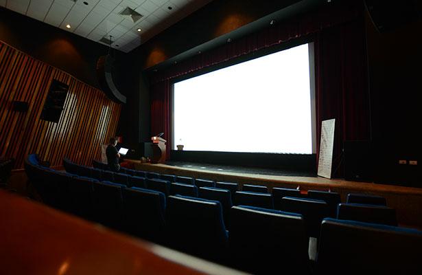 Las autoridades municipales junto a Amat Escalante, director de la cinta con la que se inauguró la Cineteca.
