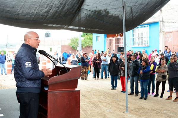 Entrega Aguilar drenaje y agua potable en Ampliación Loma Bonita