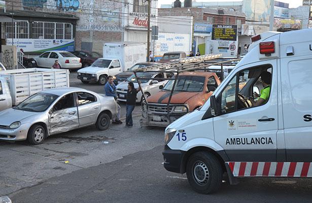 Mujer atropellada tras impacto de 2 autos