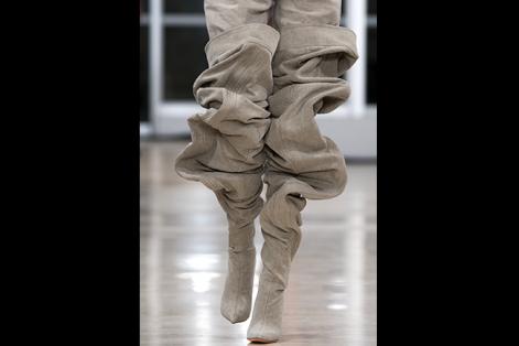 Una modelo presenta una creación de la colección Primavera/Verano 2018 Ready to Wear del diseñador belga Glenn Martens para Y/Project durante la Semana de la Moda  en París (Francia).  EFE/Caroline Blumberg