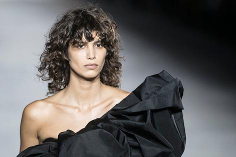 Una modelo presenta una de las propuestas para la primavera/verano 2018 de los diseñadores Men Louena, Lea Sabban y Jerry Journo durante la Semana de la Moda de París (Francia) . EFE/CAROLINE BLUMBERG