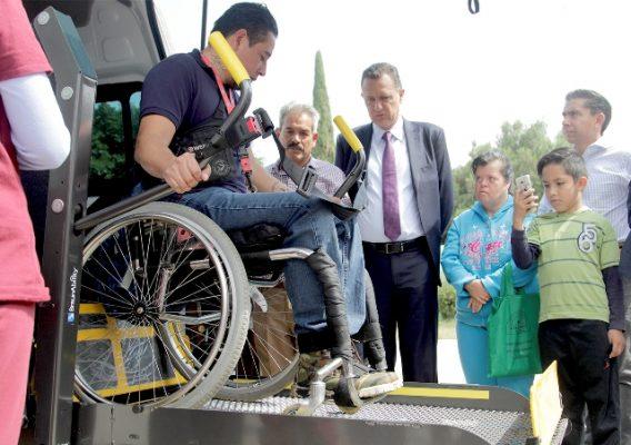 Entrega Kuri auto para atender a discapacitados