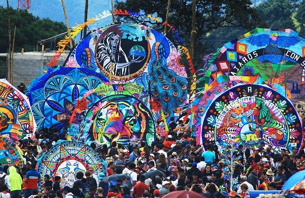 Celebran el Día de Muertos con papalotes en Guatemala