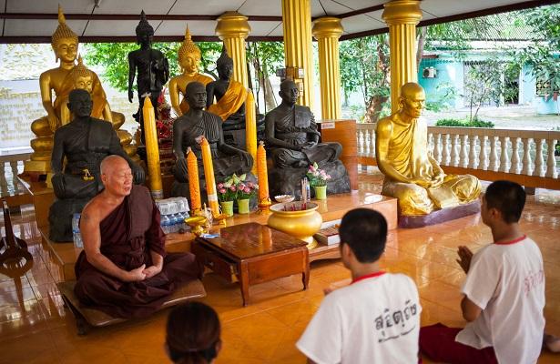 Un templo budista que salva drogadictos en Tailandia