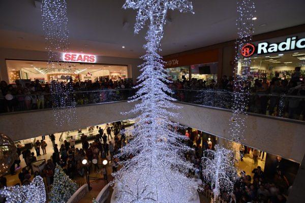 Iluminan el Árbol de Navidad en Plaza Galerías