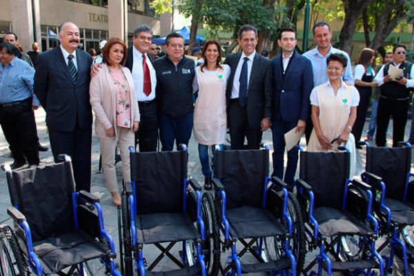 Donan 50 sillas de ruedas al IMSS