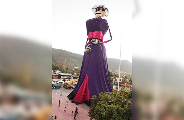 Monumental Catrina de 48.10 metros de altura se exhibe en Ixtlahuacán