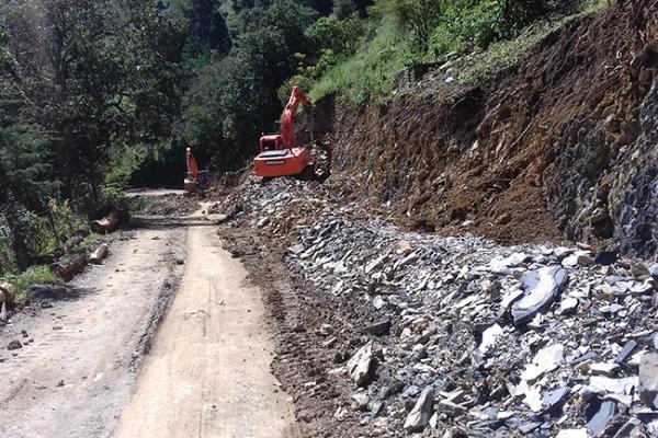 Avanzan obras de caminos en Pinal