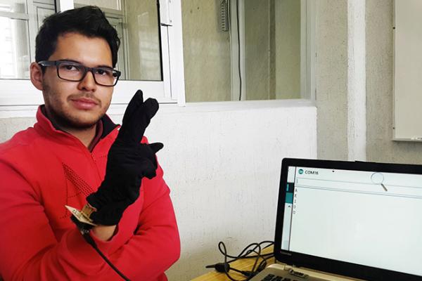 Universitario desarrolla guante inteligente que traduce la lengua de señas
