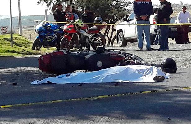 Motociclista muere al impactarse con pipa