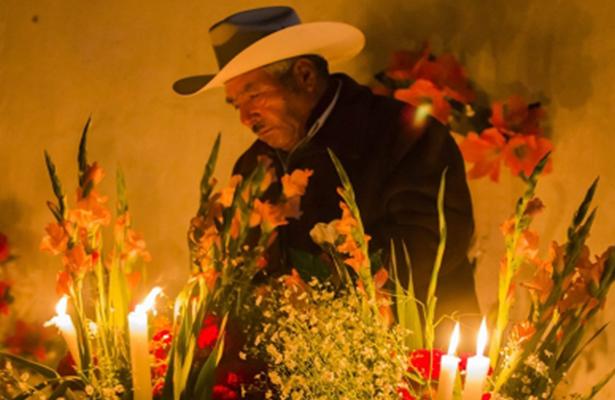 Noche de fiesta en los panteones para velar a las ánimas en Tzintzuntzan