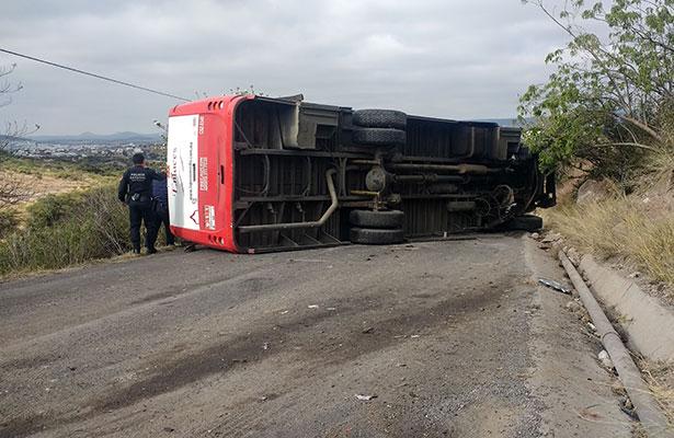 Suburbano invadió carril e impactó a vehículo