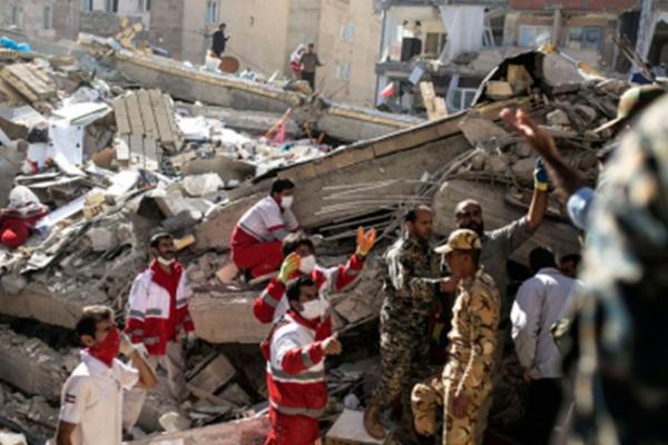 Aumenta a 540 los muertos por terremoto en Irán