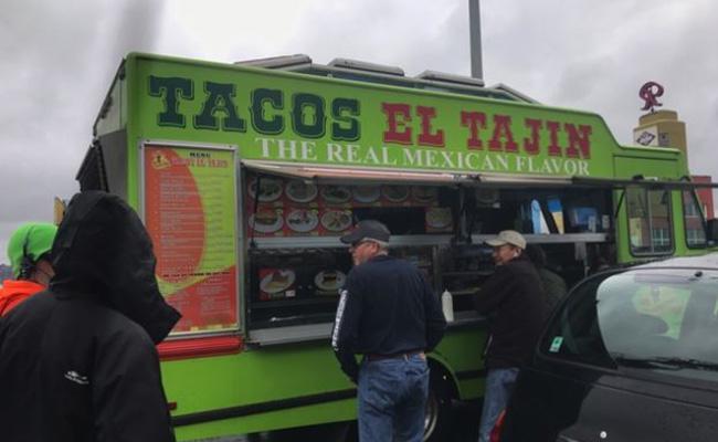 ¡Ingenio latino! Aprovechan embotellamiento en Seattle para vender tacos