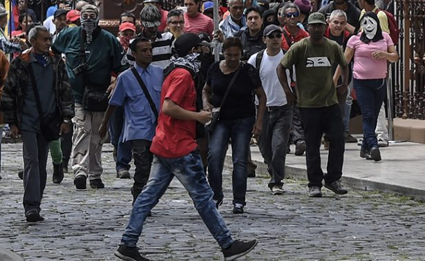 Evacuan Parlamento de Venezuela tras violenta protesta de militantes
