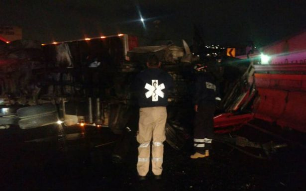 Camión de carga vuelca en la México-Pachuca