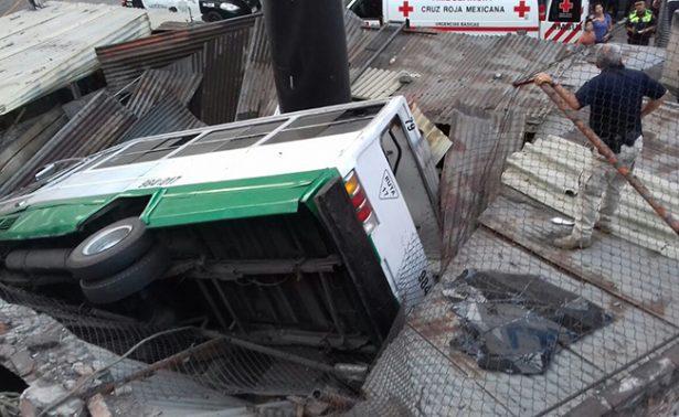 [Video] Microbús cae de segundo piso y destruye bodegas