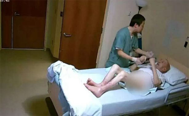 [Video] Enfermero da puñetazos en la cara a anciano de 89 años