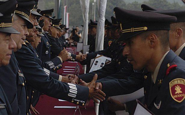 Enrique Peña Nieto asciende y condecora a 332 militares