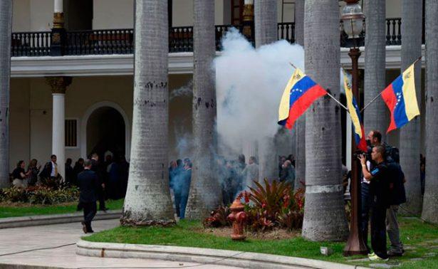 Simpatizantes de Maduro irrumpen en Parlamento y agreden a diputados