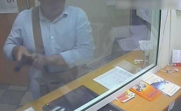 """Detiene a ladrón de bancos que regalaba chocolates para """"endulzar"""" sus asaltos"""
