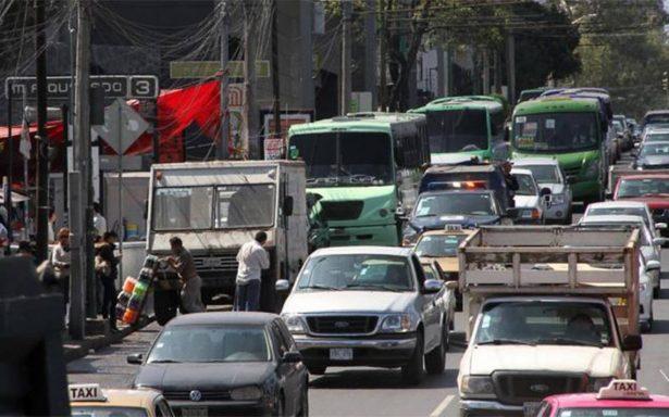 Sin permiso para circular autos con engomado rojo
