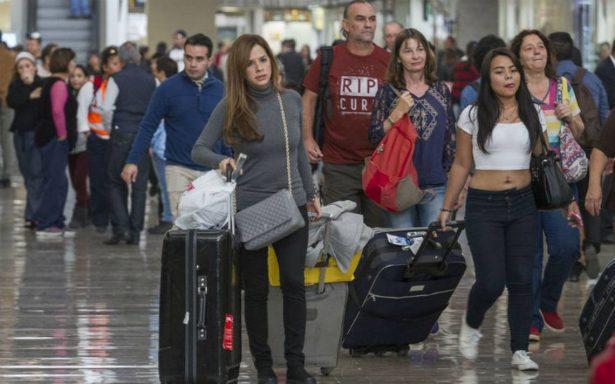 """""""Pague mucho dinero por mi viaje"""", usuarios del AICM molestos por cancelación de vuelos"""