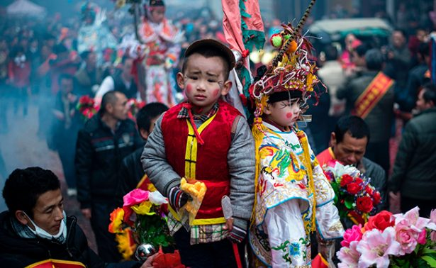 Conmemoran el final de los sacrificios humanos en China con niños vestidos como muñecas