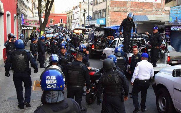 Identifican a cinco policías exhibidos por robar en Plaza Meave
