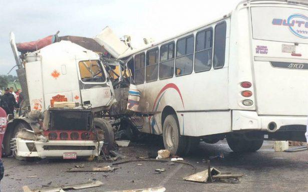 Chocan autobús y camión, dejan dos personas muertas y 10 lesionadas