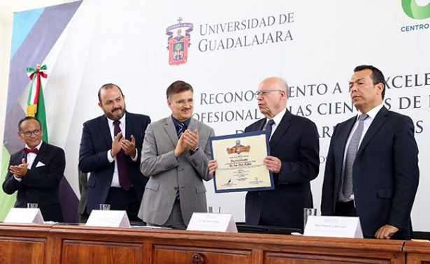 Entrega la UdeG reconocimiento a Narro Robles