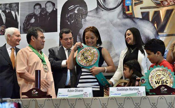 Lupita Martínez con lágrimas recibió su cinturón de campeona supermosca del WBC