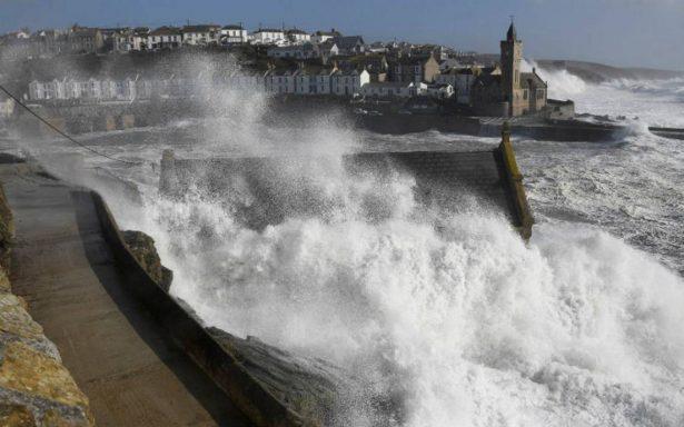 Ofelia pierde fuerza y toca tierra en Irlanda como tormenta; ya hay dos muertos