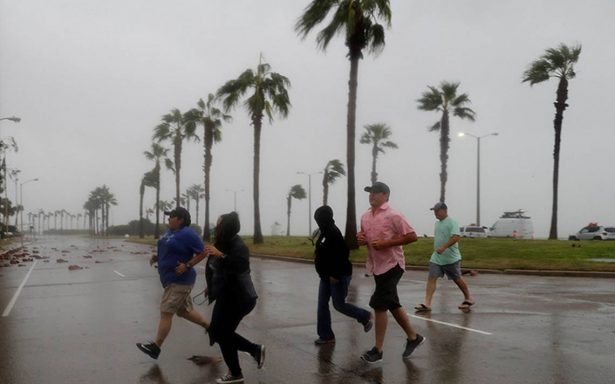 Harvey se degrada a categoría 1 sobre Texas donde deja fuertes lluvias