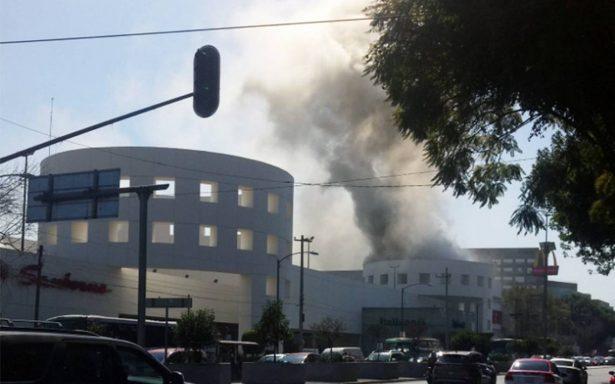 Bomberos sofocan incendio en Plaza Universidad