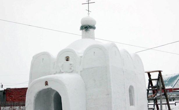 Edifican en Siberia iglesia  temporal hecha de nieve