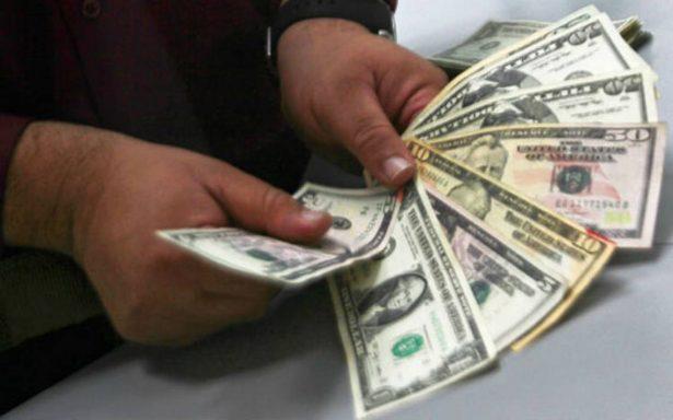 Dólar se vende en 17.90 pesos en el AICM; BMV avanza 0.12%