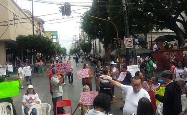 Bloquean el centro de Cuernavaca en demanda de agua