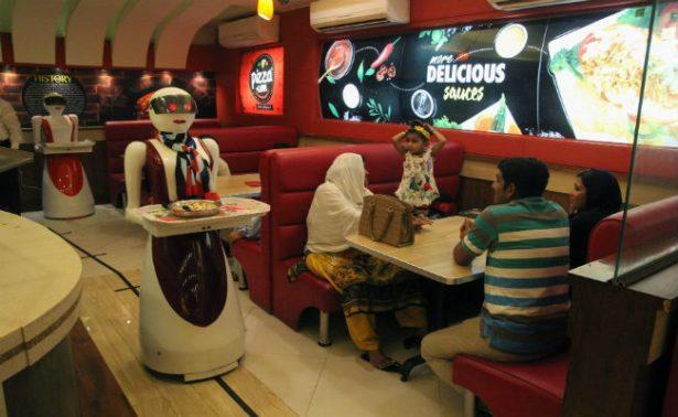 ¡Llega el futuro! Camareras robot que atienden pizzería causan furor