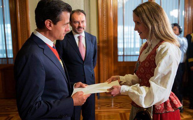 Peña Nieto recibe cartas credenciales de una docena de embajadores