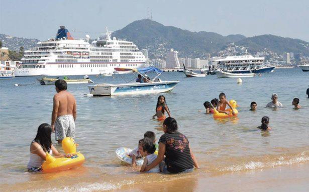 Vacacionistas disfrutan hasta del último momento en Acapulco