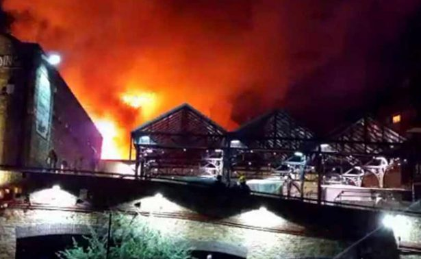 Fuerte incendio consume parte del mercado de Camden, en Londres